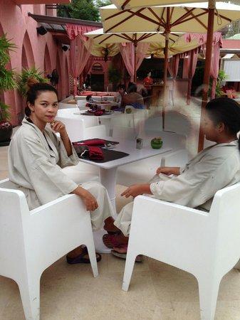Marrakesh Hua Hin Resort & Spa: กำลังจะลงสระ