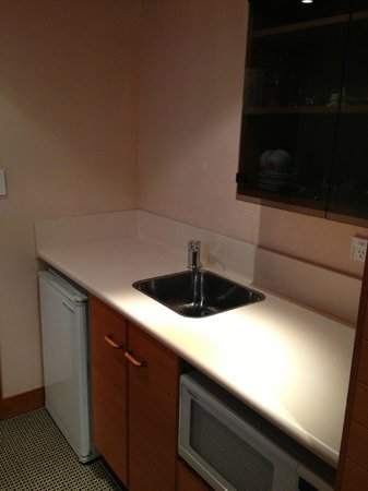 Commodore Airport Hotel, Christchurch: Sink and Microwave