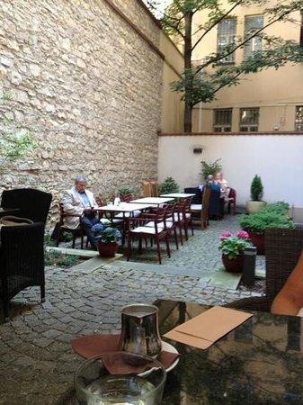 Cafe Lounge: mysig uteservering på baksidan