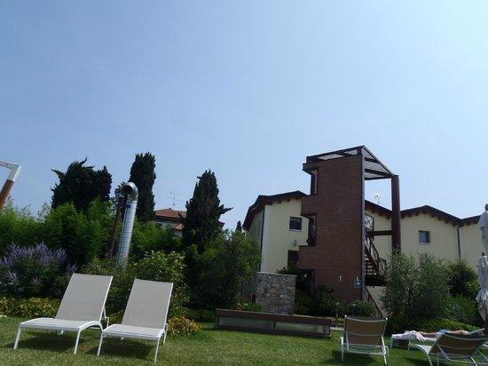 The Ziba Hotel & Spa: Hotel visto dal prato della piscina