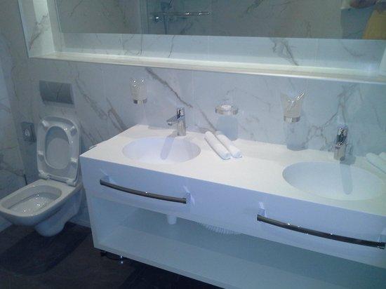Hotel Aurel: bathroom