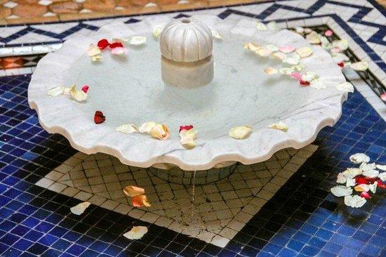 Riad Sakina : Fontaine dans le patio
