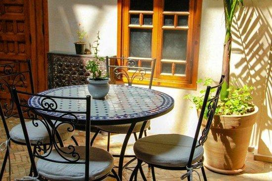 Riad Sakina : Patio avec table en Zellige