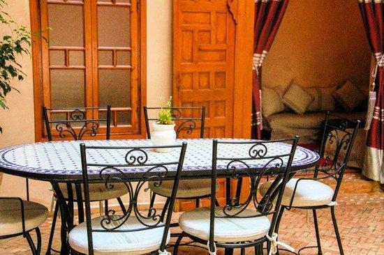 Riad Sakina : Table en Zellige dans le patio