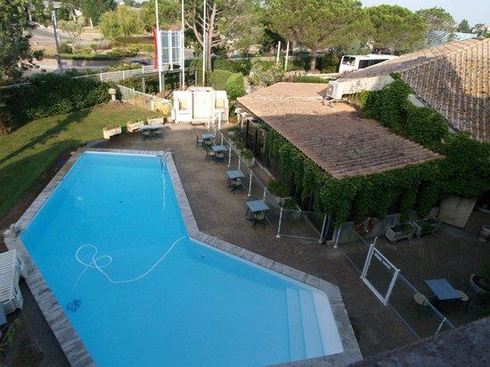 Ibis Arles: vista sulla piscina