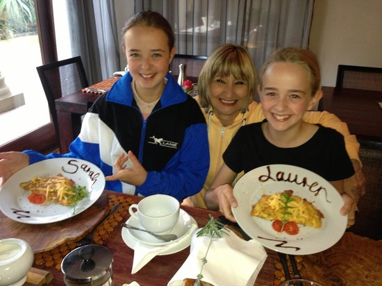 Manor 38 : Wendy with the girls at breakfast