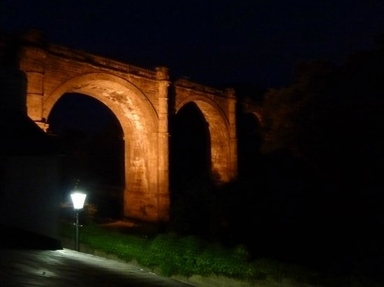 Teardrop Cottage : The viaduct at night
