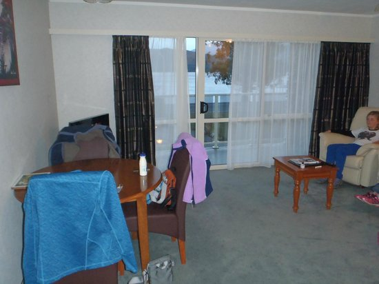Fiordland Lakeview Motel and Apartments: Lounge and Dining room