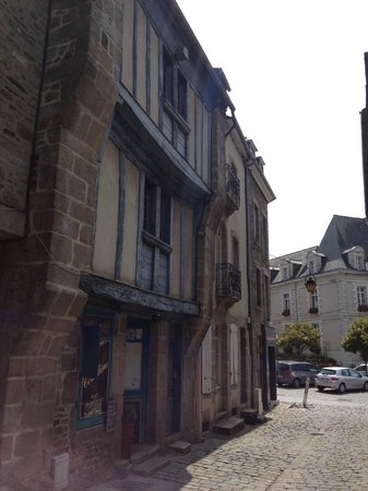 rue de la Croix Dinan avec le restaurant la Courtine sur le côté