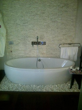 Graffit Gallery Hotel: Huge tubs