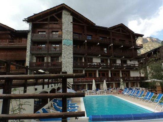 Hotel Altitude: Esterno dalla parte della Manchet con piscina