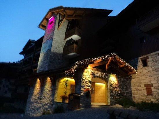 Hotel Altitude : Esterno di sera