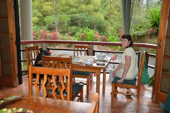 Cuffie River Nature Retreat and Eco-Lodge: Eating breakfast at the front overlooking the feeders.