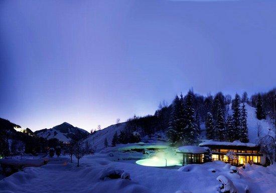 Theresia Gartenhotel: Outdoorpool im Schnee, Blick zum Zwölferkogel