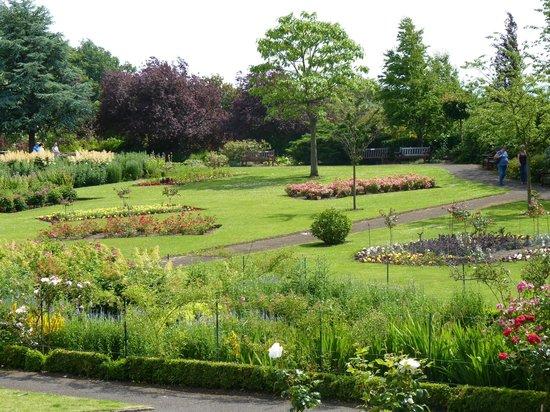 Pittencrieff Park: 'secret garden' close up