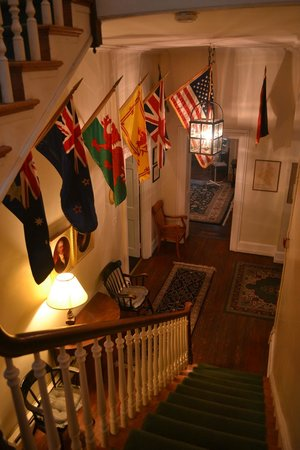‪‪Hostelling International - Chamounix Mansion‬: View from staircase to 1st floor corridor‬
