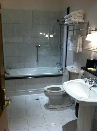 Craig's Royal Hotel: Bathroom