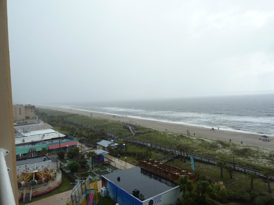Courtyard Carolina Beach Oceanfront : view of rides from balcony (lots of light & noise at night)