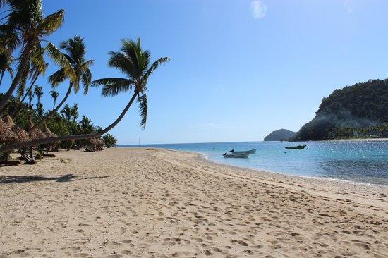 Paradise Cove Resort: View along beach