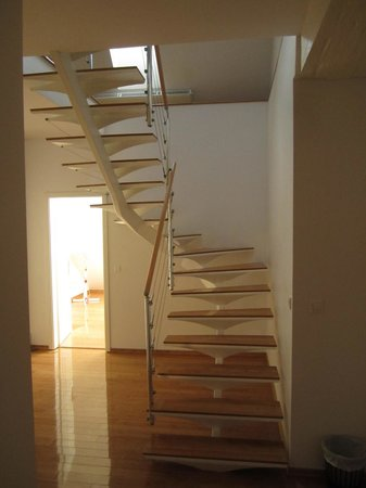 Antiq Palace Hotel & Spa : Spiral staircase to lounge and kitchen