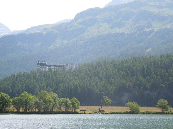 Hotel Waldhaus : Blick vom Silsersee aufs Hotel
