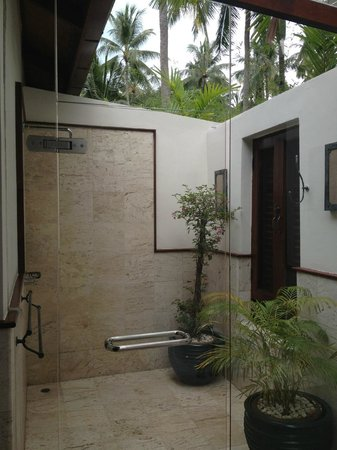 Ban Sairee Villa: Outdoor shower master bedroom