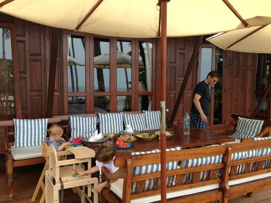 Ban Sairee Villa : eating outside on veranda