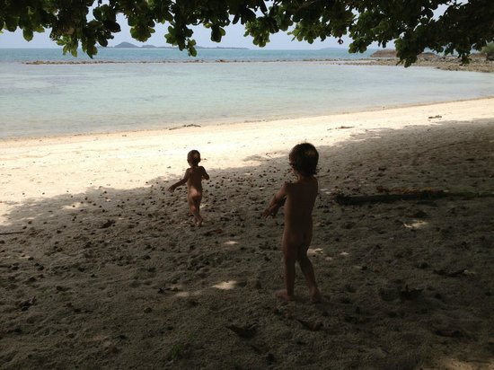 Ban Sairee Villa : Beach in front of house