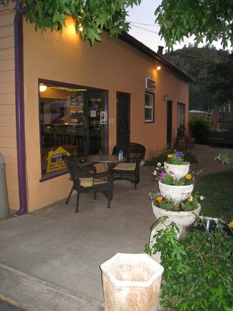 Deli Garden Cafe : Nice outdoor seating too