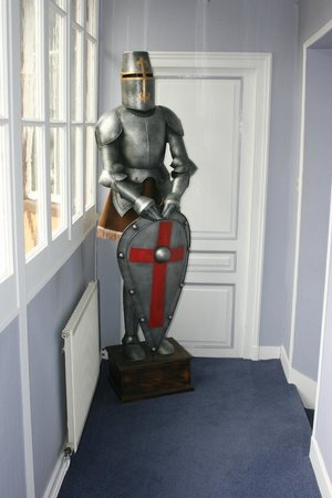 Hotel-Restaurant La Chaine d'Or: Making sure you get a good knights rest