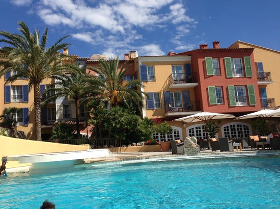 Hotel Byblos Saint Tropez: Pool and facade