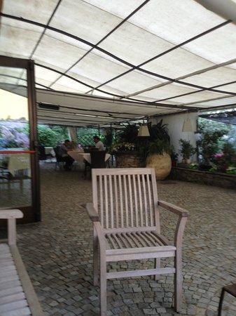 La Locanda della Maison Verte : spazio comune per colazione esterna