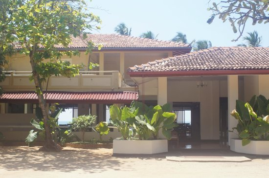 Sanmali Beach Hotel: Front of the hotel (view from the gate)