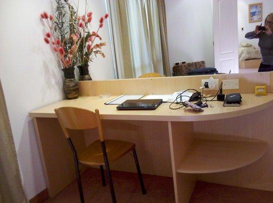 el escritorio, espejo hasta el techo y muy muy bien iluminado, tanto