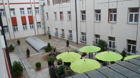 BEST WESTERN PLUS Hotel Meteor Plaza: zicht op de binnenkoer vanuit kamer 220 en 221