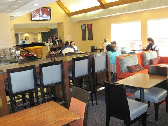 Residence Inn Corpus Christi: Evening Social and Breakfast Dining area