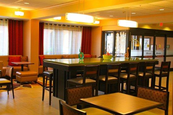 Hampton Inn Greenville: Lobby & Seating Area