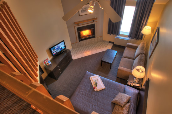 Hotel Vacances Tremblant: Mezzanine main floor 2 queen fireplace, kitchenette