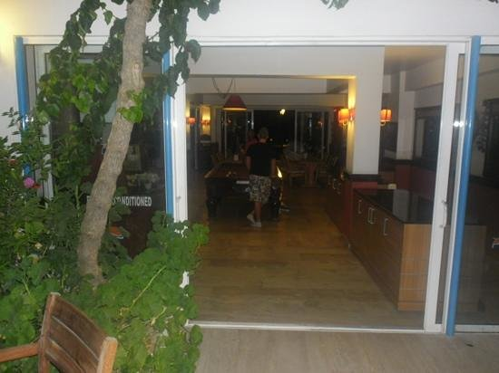 Serhan Hotel: playing pool in hotel.