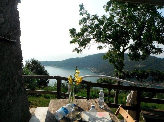 Rifugio Muzzerone: un tavolo sul mare