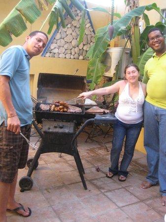 A1 Apartments Aruba: Compartiendo con una parrilla con su hijo Samuel Kemp y su esposa