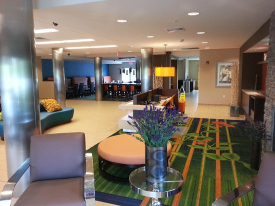 Fairfield Inn & Suites by Marriott Harrisburg West: Lobby Area looking towards cafateria