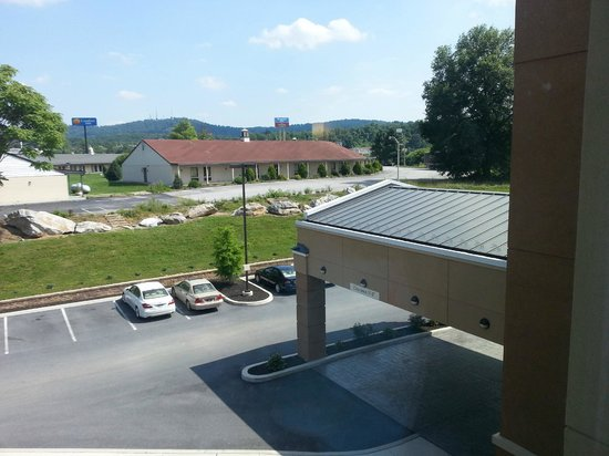 Fairfield Inn & Suites by Marriott Harrisburg West : Looking out our room window