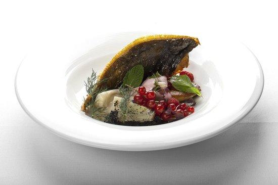 Ristorante L'Arcade: Costoletta di rombo e foie gras in salsa al vino rosso, nuvola ai frutti di bosco e finocchi