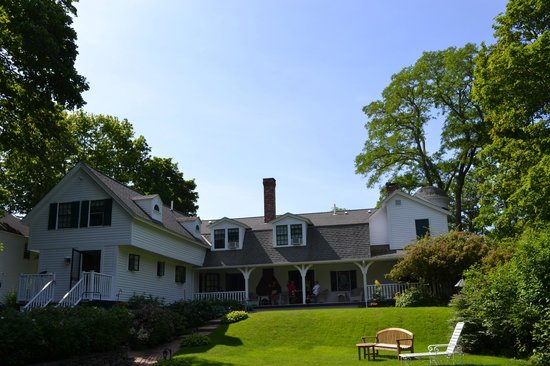 Stone Throw Cottage: Lovel gardens and shade trees