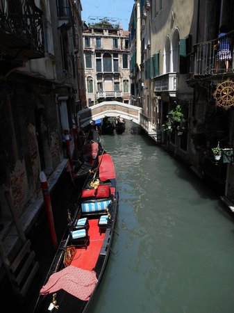Hotel Al Gazzettino: The canal our hotel is located by