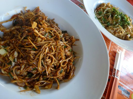 Wok to walk: noodles with shrimp and black pepper sauce
