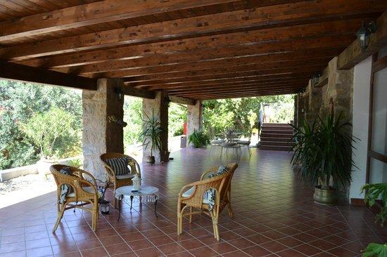 La Casa Di Lidia B&B: Il nostro bellissimo portico incastonato nel verde del Parco Nazionale del Cilento.