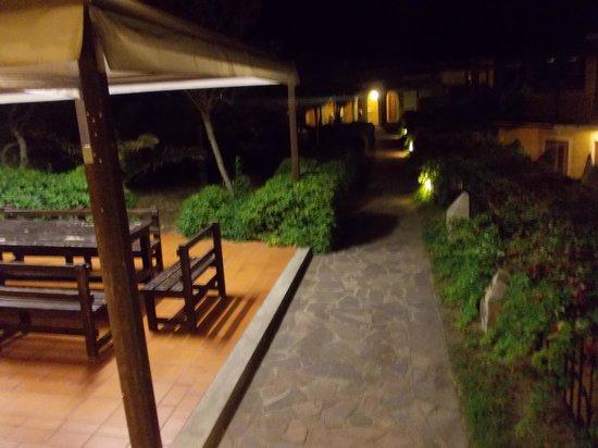 Villa Ridente Club: viali e zona attrezzata barbecue