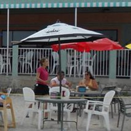 Sandy Bottoms Beach Bar & Grill: Stepped back and took a nice picture of our outdoor dinning